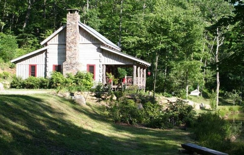 Log Cabin Retreat at Silent Meadows, location de vacances à Jackson County