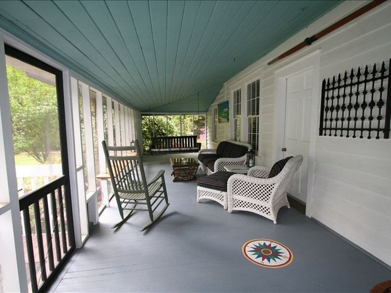 Vintage River Cottage on the Okatie River Between Beaufort  Bluffton, holiday rental in Hardeeville