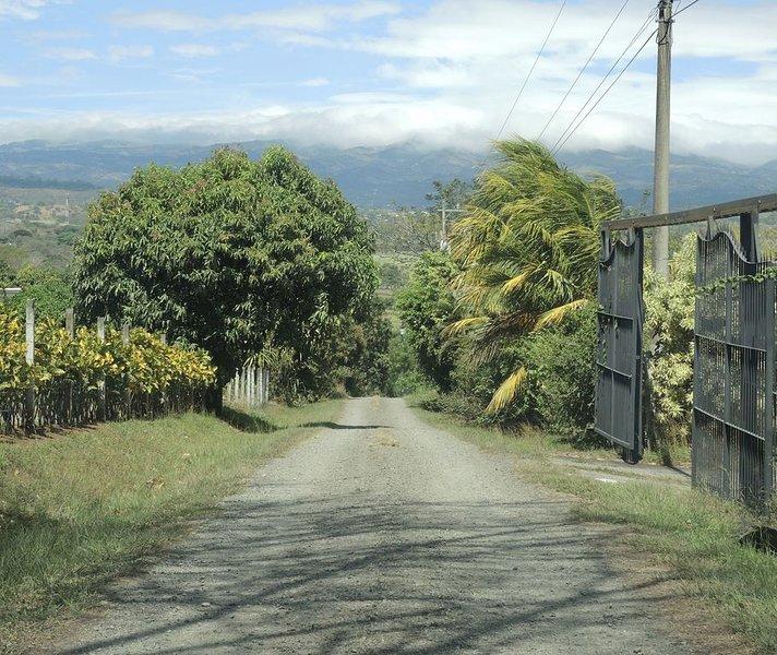 La carretera privada VA 500 metros a la CASITA CHIQUITA