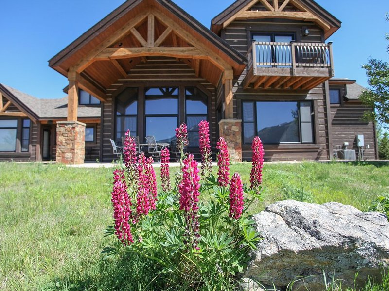 Rugged Montana Views With Amenity Rich Location And Refinement, holiday rental in Emigrant