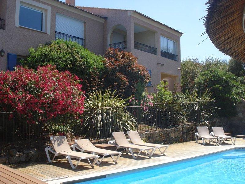 Spacieux appartement 2 chambres,vue mer et piscine, terrasse privée,jardin, vacation rental in Monticello
