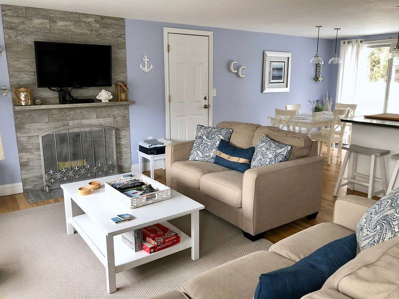 Bright renovated cottage only 1.7 mi to beaches Large private yard w/2 Tier deck, location de vacances à Yarmouth