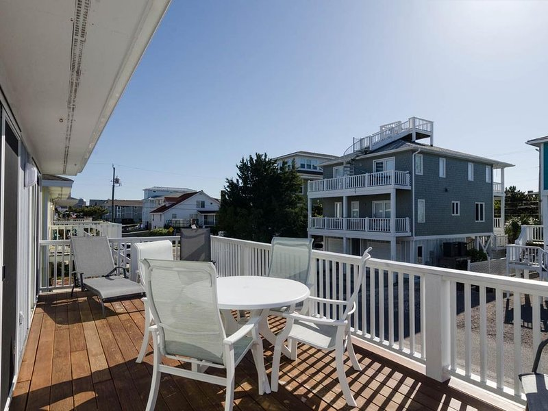 Perfect single family cottage on a quiet cul-de-sac one block from pier, holiday rental in Wrightsville Beach