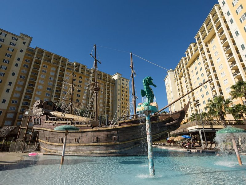 Balcony★10 Min DISNEY WORLD, PIRATE POOL, NETFLIX, PS4 #2, holiday rental in Celebration