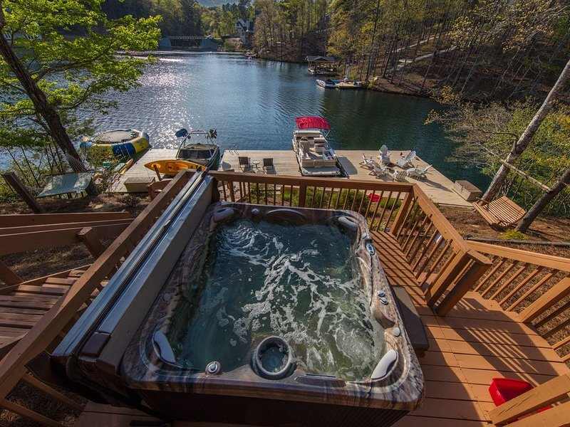 120 FT LAKEFRONT, HOT TUB, TRAMPOLINE, H2O BIKES, KAYAKS, PADDLE BD,RENT PONTOON, vacation rental in Ranger
