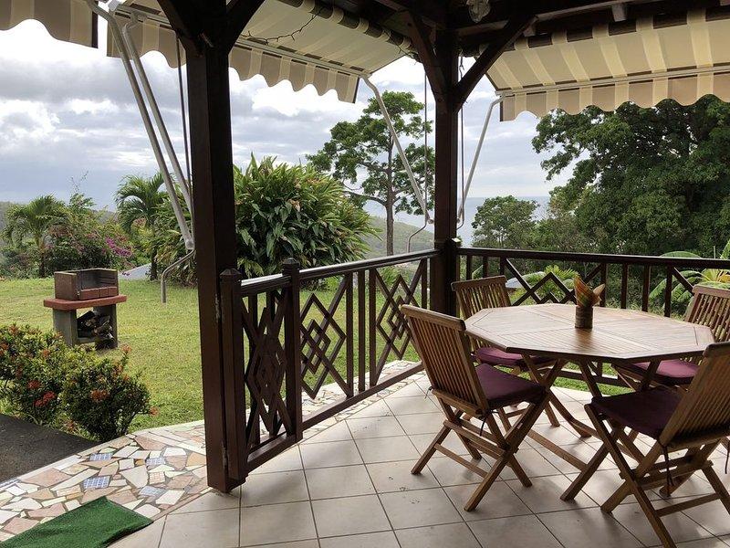 Maison traditionnelle en bois CLIMATISEE avec WIFI , a proximité des plages, aluguéis de temporada em Basse-Terre Island
