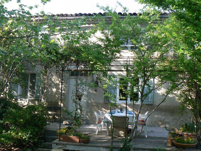 MAS PROVENCAL PROCHE ISLE/ LA SORGUE, grand jardin, familles, enfants, holiday rental in Velleron