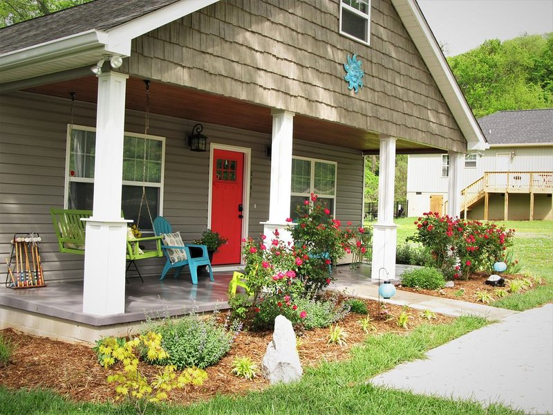 Enjoy you stay on the huge southern porch. Grab your sweet tea., vacation rental in Chattanooga