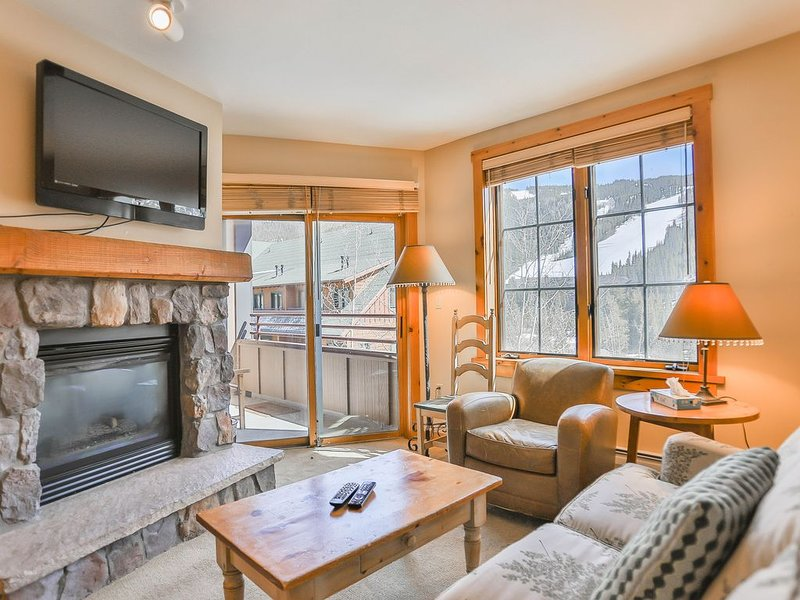 2-Bedroom Condo, Private Balcony overlooks Pool & Ski Slope Views, alquiler vacacional en Keystone