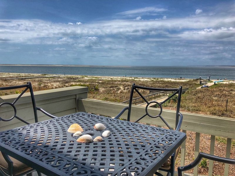 Avoid the crowds and come to the beach!! 2nd floor! Beachfront! Wi-Fi!, vacation rental in Seabrook Island