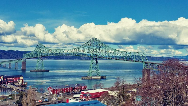 Stunning View Property Of Columbia River And Astoria-Megler Bridge from Hot Tub, alquiler vacacional en Astoria