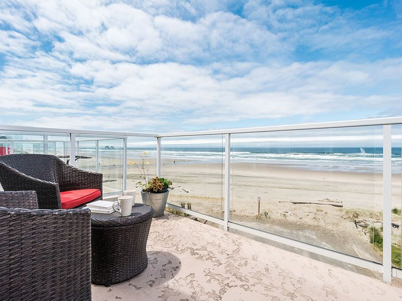 Partial Oceanfront, Views & sunsets, Soaking Tub, King bed, 2 Balconies, location de vacances à Rockaway Beach