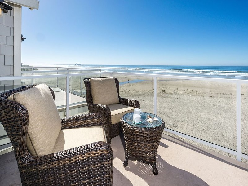 Beachfront, Designer decor! Amazing Ocean Views & Sunsets, Dog friendly!, location de vacances à Rockaway Beach