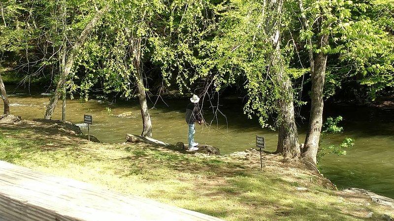 La photo est prise depuis le pont arrière couvert d'un bon ami pêche avec succès.