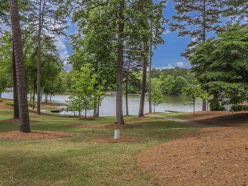 Golf and Boat at Reynolds Waterfront Cottage, casa vacanza a Greensboro