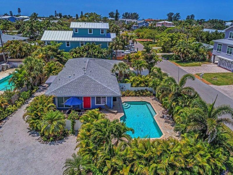 2 bed 2 bath heated pool Sleeps 6! Sunny yard, close to beach, bikes, beach gear, vacation rental in Holmes Beach