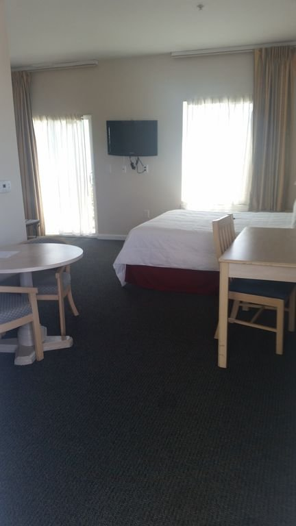 C'est notre chambre pour handicapés. Meubles espacés pour votre facilité à vous déplacer