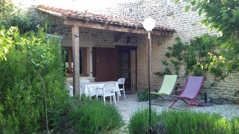 Family  friendly house  near  the beaches and historic town of La Rochelle, location de vacances à Ardillieres