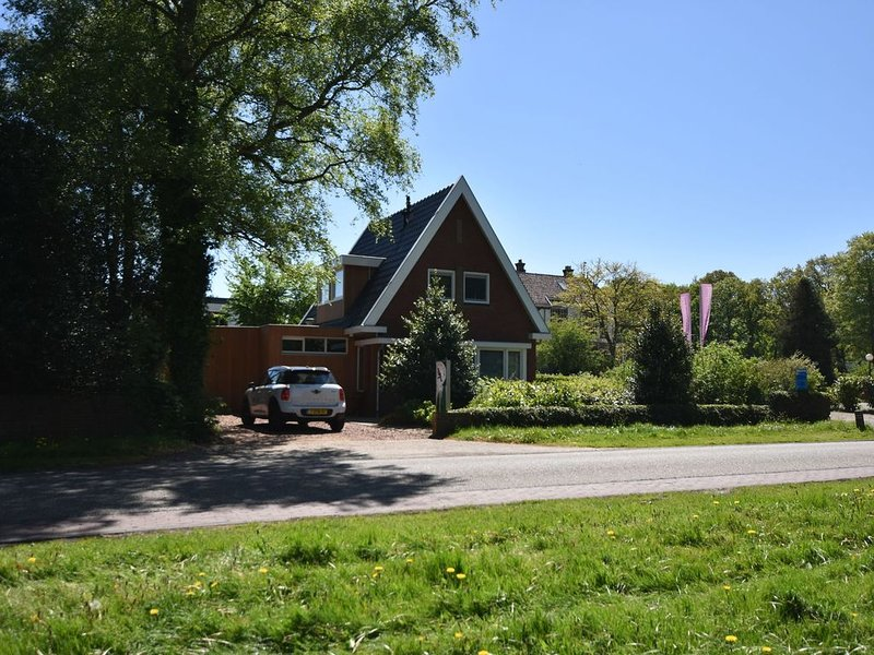 Detached holiday home within walking distance of the IJsselmeer & Rijsterbos, holiday rental in Warns
