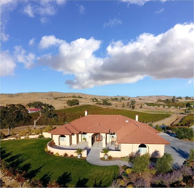 VINEYARD LIVING/ Stunning Views/near to Wineries & Downtown/Pizza Oven/See Video, casa vacanza a Paso Robles