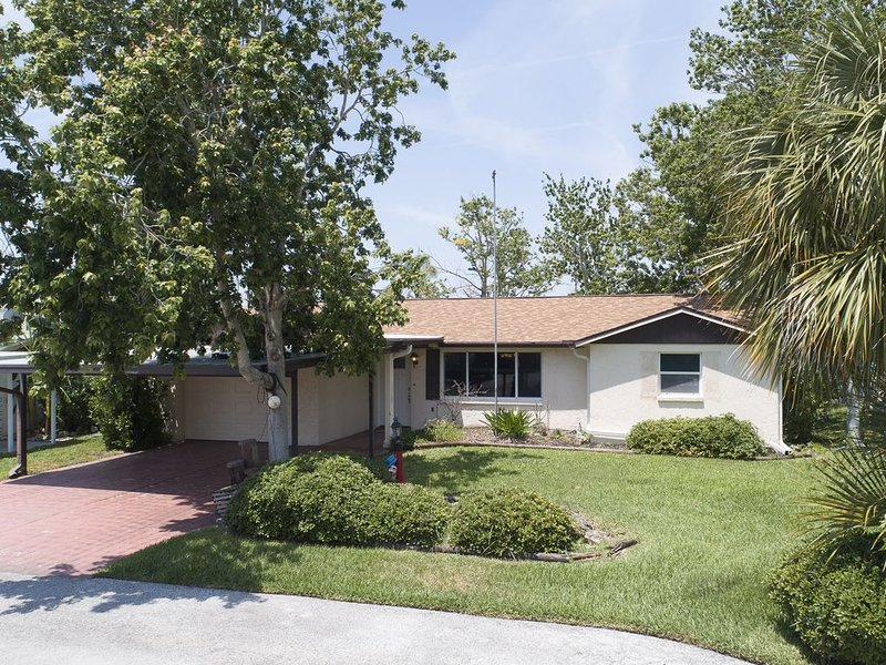 3 BR 2 Bath Salt Air Retreat on Deep Water Canal Minutes to the Gulf, holiday rental in Hudson