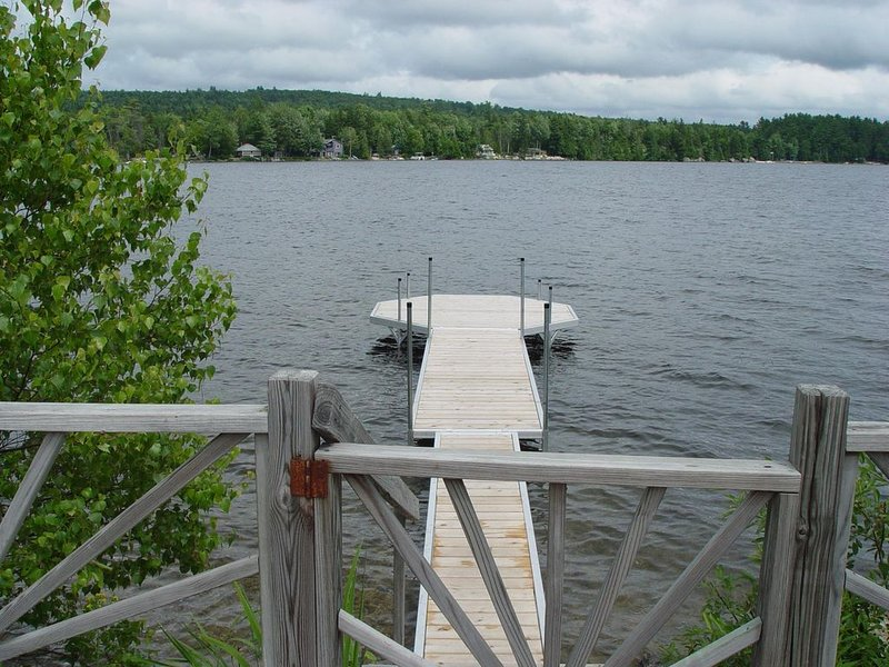 Comfortable Cottage Located Directly On The Water With Large Wrap Around Deck, vacation rental in Aurora