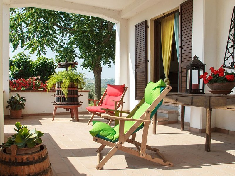 Relax in collina a due passi dal mare ***.R.  067032BeB0006, vacation rental in Province of Teramo