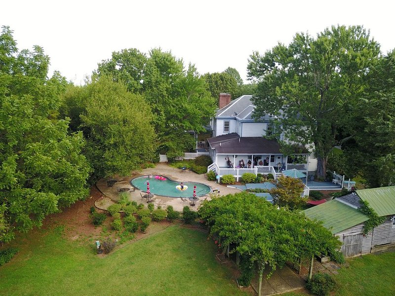 7 BR Manor - 10 min to Lynchburg & Appomattox Perfect for Family and Weddings!, holiday rental in Appomattox