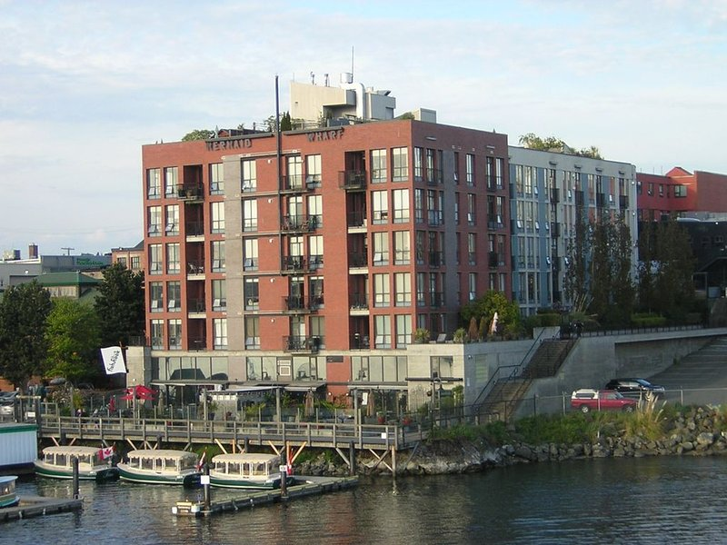 WATERFRONT DOWNTOWN PENTHOUSE CONDO WITH PRIVATE ROOFTOP PATIO – semesterbostad i Victoria