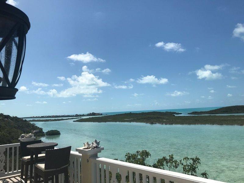 balcon avec vue supérieure de l'eau cristalline