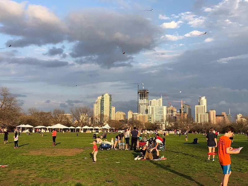 Flygande drakar på Kite Festival i Zilker Park
