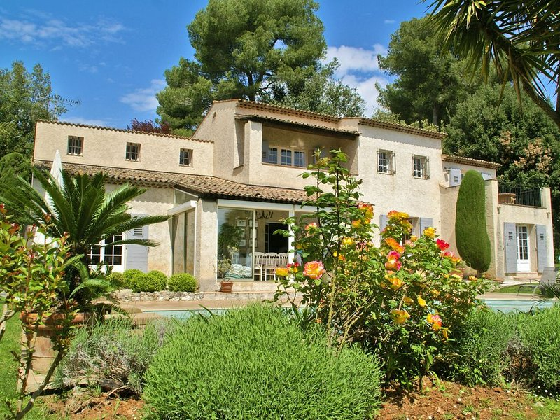 Villa on a hill near Saint-Paul-de-Vence with splendid sea view, casa vacanza a Saint-Paul