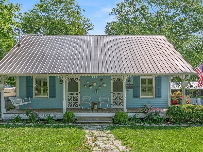 Pickers Cottage: 1939 Perfectly Restored, Steps to the Leiper's Fork Village, vacation rental in Franklin