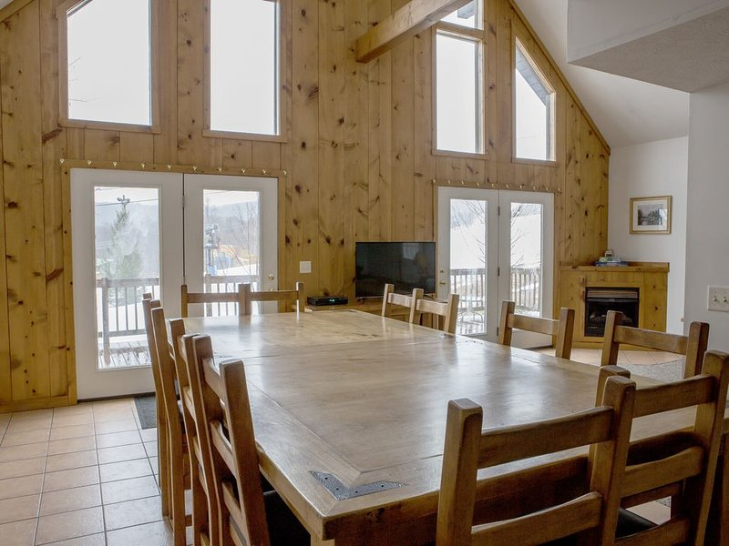 Winterplace Chalet - Slope Side Ski in & out. Sleeps groups of 8, 12, 20, or 26, location de vacances à Beckley