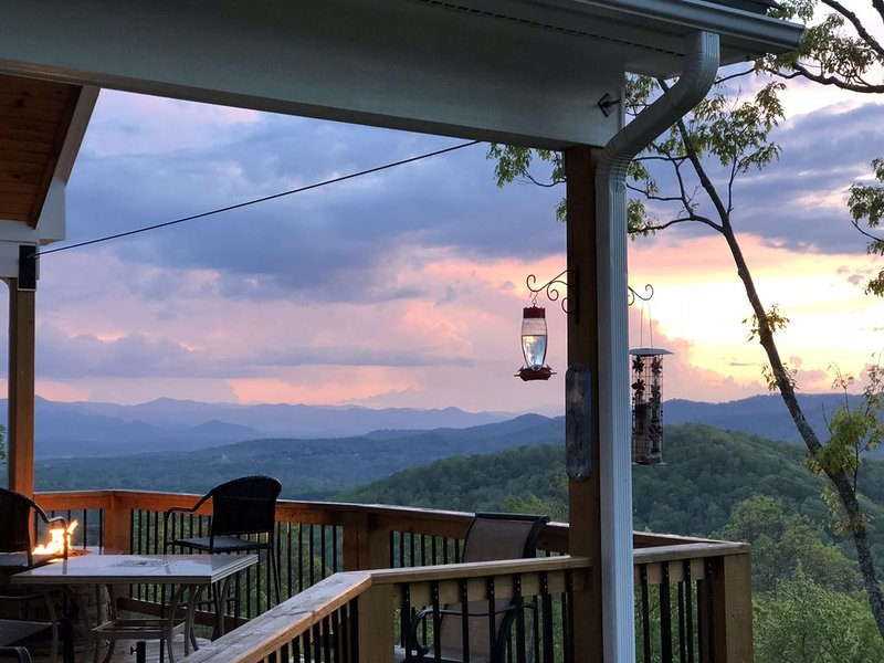 Beautiful Mountain Retreat With Long Range Views And Awesome Sunsets, alquiler de vacaciones en Swannanoa