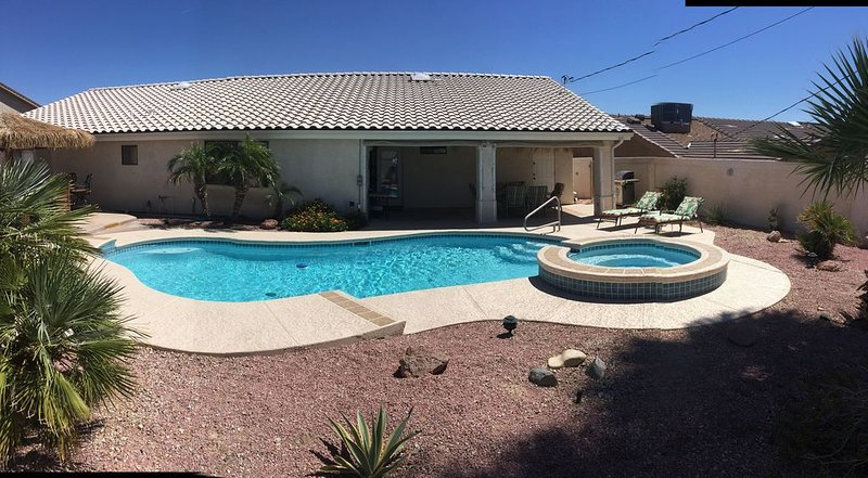 APRIL 2021 AVAILABLE. ENJOY THE POOL, SPA AND TIKI BAR IN OUR PRIVATE BACK YARD, location de vacances à Ville de Lake Havasu