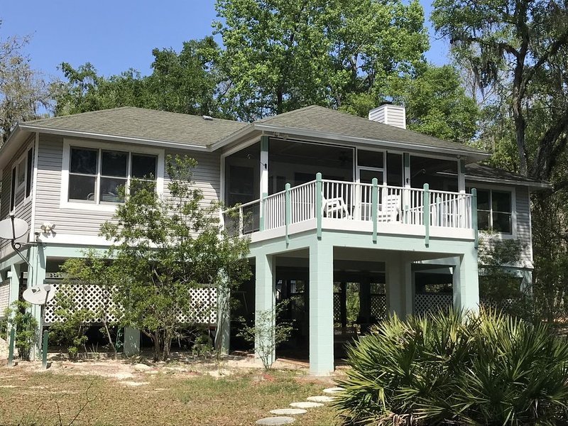 Luxury Suwannee Riverfront (up to)4 Bed/4 Bath Home in Secluded Park Like Setti, aluguéis de temporada em Bell