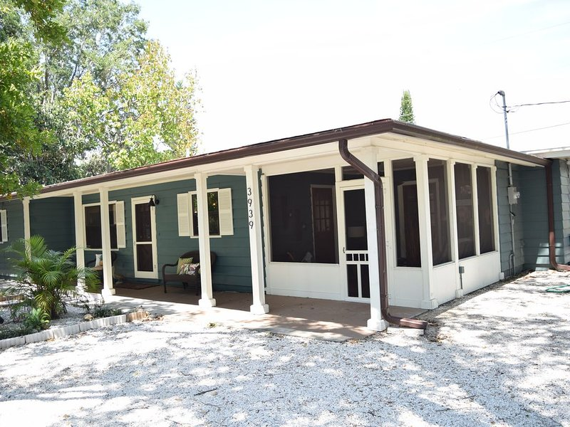 NEW LISTING!!!  Beautiful Beach Cottage Minutes from Siesta Key - Welcome Home!, holiday rental in Sarasota