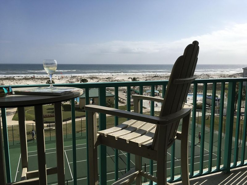 Walk to the beach in less than 2 minutes! 5th floor direct Gulf of Mexico view!, location de vacances à Gulf Shores