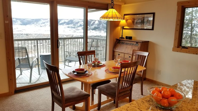 Best View in Steamboat ~ Fully Remodeled ~ Super Clean ~ DVR/HBO ~ Sheraton Beds, alquiler de vacaciones en Steamboat Springs