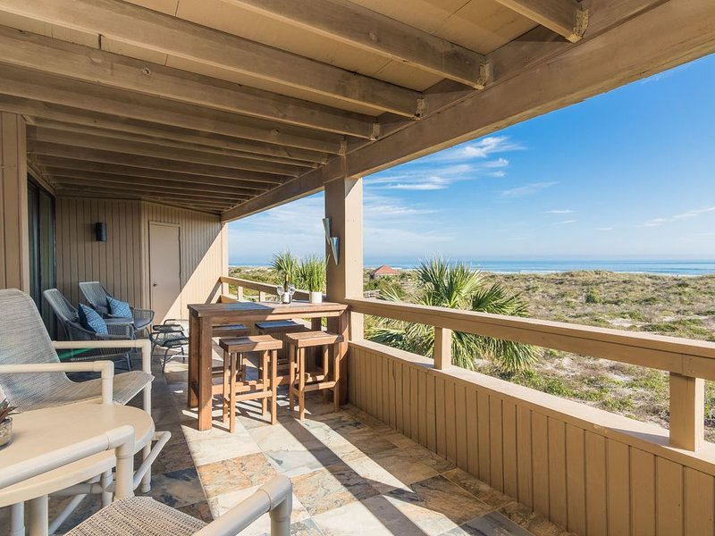 Oceanfront - 3 Bedroom Renovated 1,800 sq ft. Huge Balcony -  Casual Elegance, location de vacances à Saint-Augustine