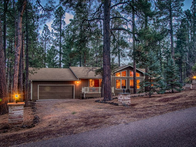 Pinetop C.C. Retreat: NEW PRIVATE 90 JET HOT TUB, New AC,Firewood,Borders Forest, location de vacances à Pinetop-Lakeside