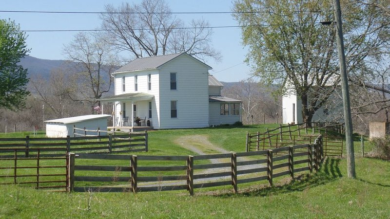 Cozy Country Farmhouse! Renovated & Updated. Great location in the valley!, holiday rental in Stanardsville