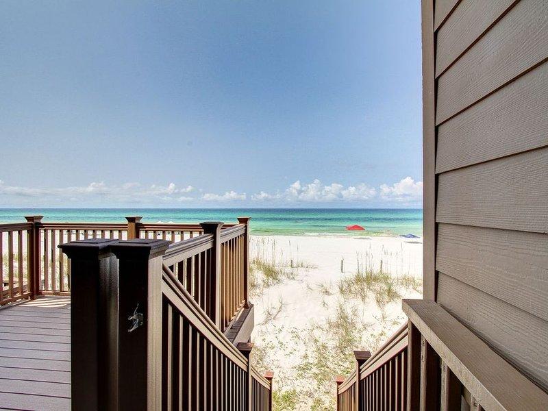Beachfront! Short Walk to Pier Park! Steps To Beach!, alquiler de vacaciones en Panama City Beach