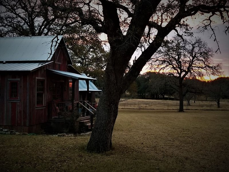 Cozy Cabin for Two Only Four Miles to Downtown, vacation rental in Fredericksburg