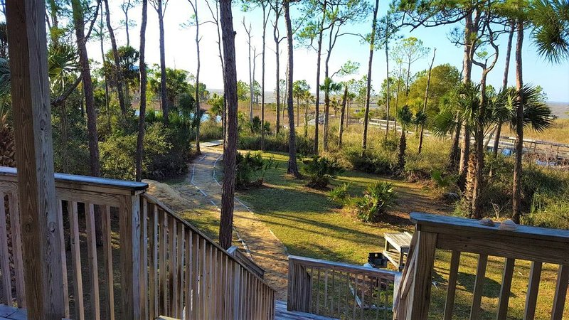 Bayfront, 3BR/3BA, Sleeps 10, easy beach access, dogs welcome!, holiday rental in Apalachicola