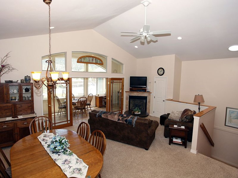 Modern, New 3-Bedroom Townhome Near Pool and Downtown Ouray, holiday rental in Ouray