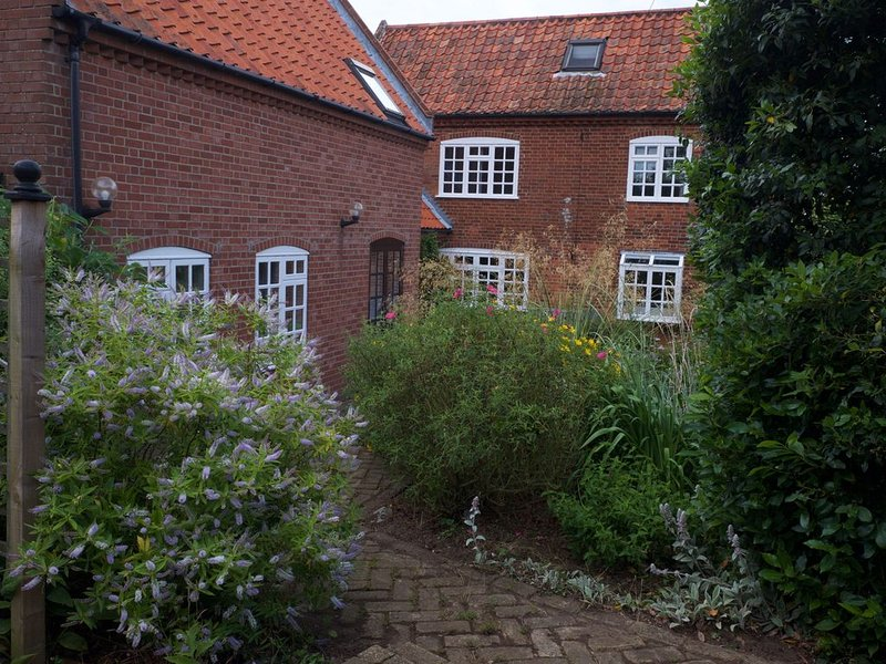 Spacious, attractive accommodation with south and west facing gardens, location de vacances à Hollesley