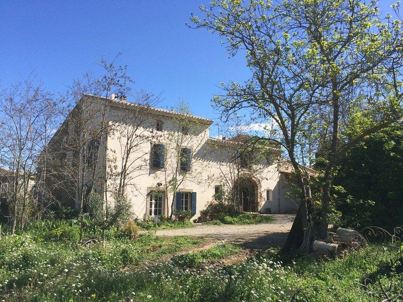 Bâtisse de caractère sur grand terrain arboré avec jardin privatif., vakantiewoning in Saint-Andre-de-Roquelongue