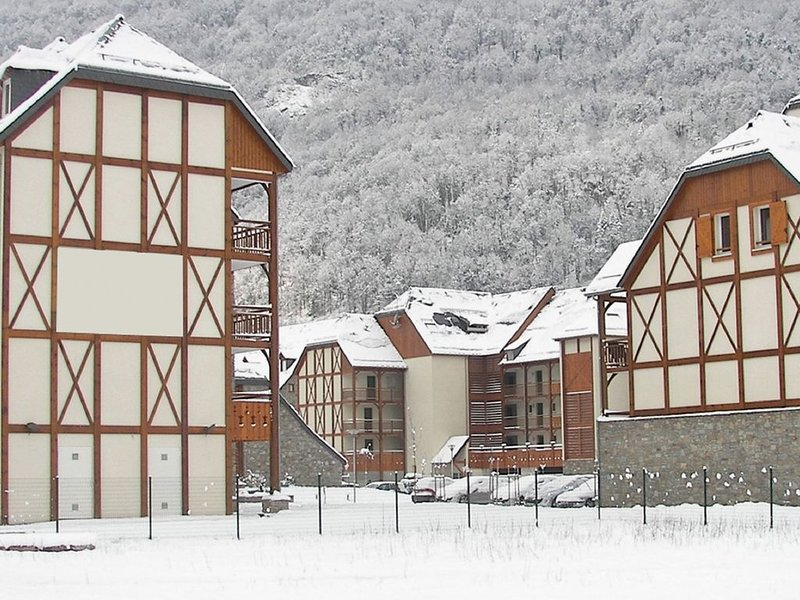 Cozy apartment with indoor pool located in the middle of the Pyrenees, location de vacances à Bagnères-de-Luchon